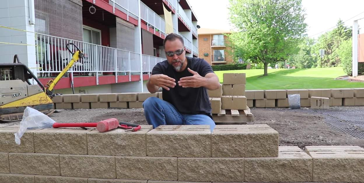 retaining wall engineer explaining how to build retaining walls